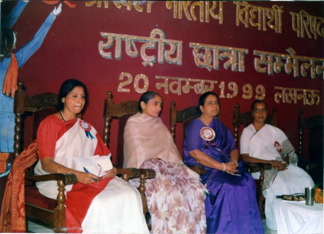 अखिल भारतीय विद्यार्थी परिषद द्वारा 1999 में आयोजित छात्रा सम्मेलन की तस्वीर