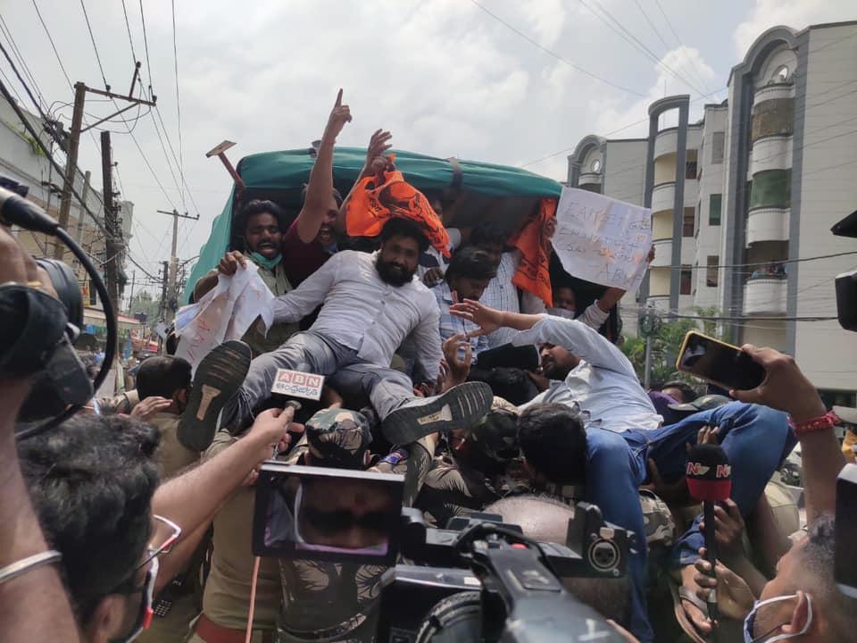 हैदराबाद। अखिल भारतीय विद्यार्थी परिषद ने आर्थिक कमजोर वर्ग(EWS) कोटे को सभी शैक्षणिक संस्थानों एवं नौकरियों में बहाल करने की मांग को लेकर तेलंगाना सरकार मंत्री क्वार्टर को घेर लिए और सरकार के खिलाफ जमकर नारेबाजी भी की। प्रदर्शन कर रहे अभाविप कार्यकर्ताओं को पुलिस ने गिरफ्तार कर लिया और लाठीचार्ज कर भीड़ को तितर – बितर कर दिया। अभाविप के केन्द्रीय कार्यसमिति सदस्य प्रवीण रेड्डी ने कहा कि अगर केन्द्र सरकार गरीब लोगों के लिए बिना किसी भेदभाव के शिक्षा और भेदभाव के दस प्रतिशद आरक्षण प्रदान करने के लिए कानून लाती है और उसे बहाल करती है तो इसे तेलंगाना में क्यों नहीं लागू किया गया है। राज्य सरकार छात्रों के साथ भेदभाव क्यों कर रही है। हमारी मांग है कि बिना किसी देरी के इसे जल्द से जल्द लागू किया जाय। उन्होंने कहा कि केसीआर सरकार के लापरवाह रवैये के कारण लगभग 60,000 योग्य गरीब छात्र ईडब्लयूएस कोटे का लाभ नहीं ले पा रहे हैं, यह घोर अन्याय है। अभाविप की यह मांग है टीआरएस सरकार जल्द से जल्द ईडब्ल्यूएस कोटे को बहाल करें। अगर राज्य सरकार ऐसा नहीं करती है तो हम छात्रों की हितों की रक्षा के लिए सड़क पर उतरेंगे। तेलंगाना की केसीआर सरकार बिना ईडब्ल्यू कोटे को बहाल किये राज्य विश्वविद्यालयों में प्रवेश हेतु अधिसूचना जारी कर रहा है जो कि घोर अन्याय है। केन्द्रीय विश्वविद्यालयों, स्कूलों, जेईई एडवांस 2020 के नतीजों और सिविल्स (78) के परीक्षा परिणामों ने भी साबित कर दिया कि केंद्र सरकार द्वारा दिये गए 10 फीसदी ईडब्ल्यूएस आरक्षण ने गरीब छात्रों को आर्थिक रूप से पिछड़े वर्गों को लाभान्वित किया है। तेलगांना राज्य के विभिन्न पाठ्यक्रमों में (Ed.CET: 13868, LAWCET: 2830 (3 वर्ष), 789 (5 वर्ष), EAMCET: 65444, B. फार्मेसी: 3280, Pharm D: 535, TSECET: 10418 (Engineering + Engineering) फार्मेसी)) ICET: 22434 (MBA), 1955 (MCA), PECET: 177 (BPEd + DPEd), डिग्री (DOST): 407390, पॉलिटेक्निक: 31012, ITI: 28344, B.Sc. एग्रीकल्चर : 499, टीएस आवासीय कॉलेज: 3000, बसरा IIIT: 1000, CPGET: 32000: टीएस में कुल उपलब्ध सीटें = 626569 × 10% = 62656) 626569 लाख सीटें उपलब्ध हैं और 10% ईडब्ल्यूएस आरक्षण से हर साल 62656 छात्रों को लाभ होगा। इसलिए तेलगाना सरकार से हमारी मांग है कि 62 हजार से अधिक छात्रों के भविष्