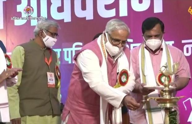 नागपुर : दीप प्रज्ज्वलित कर अखिल भारतीय विद्यार्थी परिषद के 66 वें राष्ट्रीय अधिवेशन का शुभारंभ करते रा.स्व. संघ के सरकार्यवाह सुरेश भैया जी जोशी, साथ में अभाविप के राष्ट्रीय अध्यक्ष, महामंत्री, स्वागत समिति अध्यक्ष व अन्य