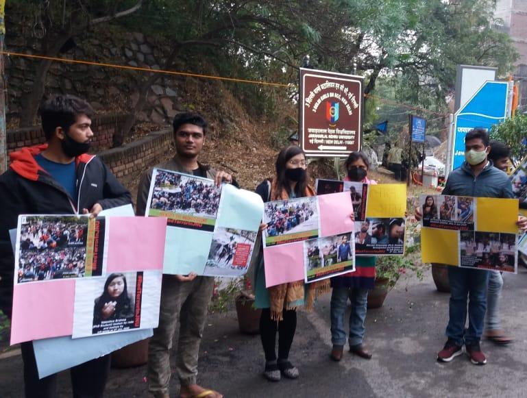 जेएनयू में वामपंथी हिंसा की प्रदर्शनी लगाते एबीवीपी जेएनयू के कार्यकर्ता