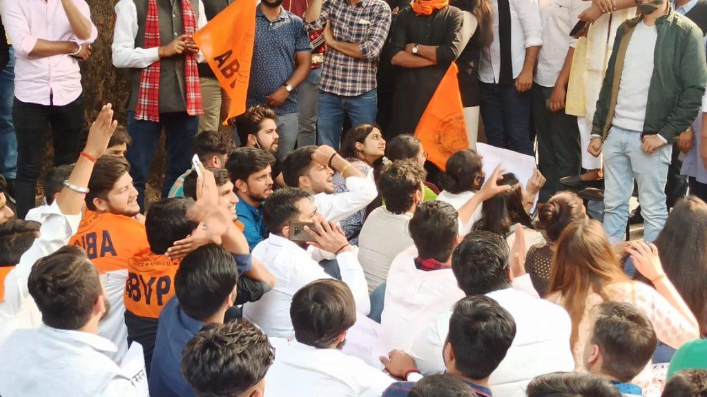 डीयू प्रशासन के खिलाफ नार्थ कैंपस में प्रदर्शन करते छात्र